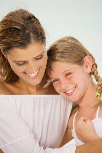 3. Rol Şefkatli anne: Eski kadınlar anne kimliğinin gölgesinde yaşarlarmış derken elbette artık annelik öldü demek istemiyorum. Aksine günümüzde pek çok kadın 30'lu yaşlarında hormonlarının sesine kulak vererek kariyerlerine ara vermeyi bile göze alıyor, evlenip anne olmanın, bir aile kurmanın, çocuk büyütmenin mutluluğunu yaşıyorlar. Bir kadının rolleri arasında tartışmasız en zoru, ama aynı zamanda en zevklisi annelik... Sonsuz özveri, sabır ve güç gerektiren, ama insana bambaşka duygular tattıran, tarifsiz bir kimlik... Zaten hiç kimse ve hiçbir şey için yaşantısından ödün vermeyen, bencil sayılabilecek bir karaktere sahip kadınların bile çocuklarını en iyi şekilde yetiştirmek uğruna zevklerinden, meraklarından, çevrelerinden ve yaşadıkları sorumsuz hayattan hiç düşünmeden vazgeçmeleri de bunu kanıtlamıyor mu? Çocuğunun adım adım büyümesine tanıklık etmek, ona yaşamda yol gösteren bir rehber ve arkadaş olmak, başarılarıyla gururlanmak birçok kadın için çok önemlidir. Dolayısıyla tüm zorluklarına ve sıkıntılarına rağmen tadını çıkarması en kolay rol şüphesiz şefkatli anneliktir.
